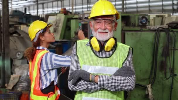 Senior Fabrikarbeiter oder Ingenieur Nahaufnahme Porträt in Fabrik
