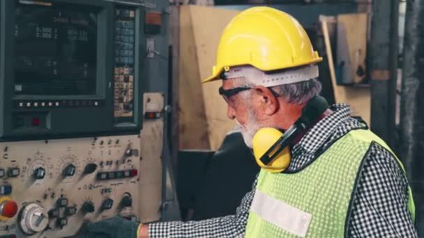 Senior Fabrikarbeiter lehren, wie man Maschinen in der Fabrikhalle benutzt