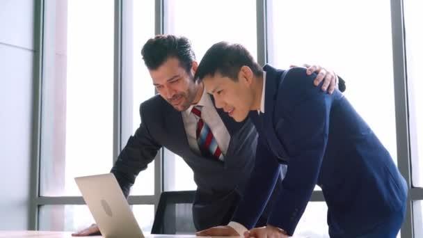 Dva šťastní obchodníci slaví v úřadu
