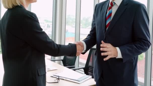 Geschäftsleute beim Händedruck mit Freund im Büro