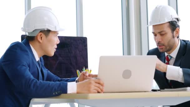 Mérnök és építész találkozó az irodaasztalnál