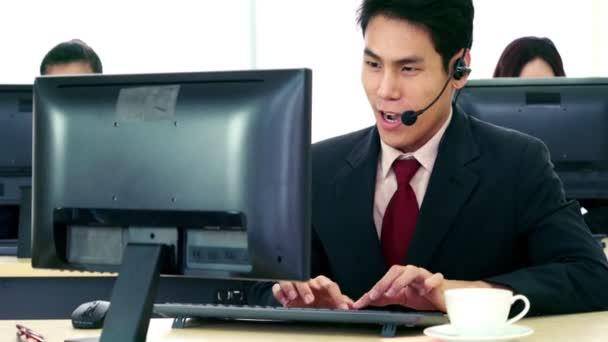 Geschäftsleute mit Headset arbeiten im Büro
