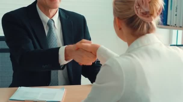 Uchazeč o práci a manažer potřesení rukou v pohovoru