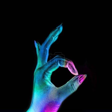 Photo pour Femme main dans les métalliques colorés lumineux néons montrer signe Ok. Concept de minime. - image libre de droit