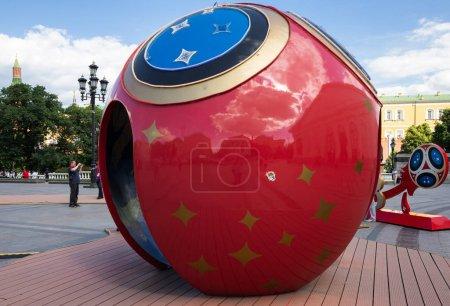 """Photo pour MOSCOU, RUSSIE - 2 JUIN 2018 : Installation avec ballon de football """"RUSSIE 2018"""" symbolisant la Coupe du Monde de la FIFA - image libre de droit"""