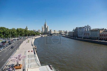 Photo pour Moscou, Russie - 2 juin 2018: Vue panoramique sur la rivière Moskova près de Zaryadye Park dans le centre de la ville - image libre de droit