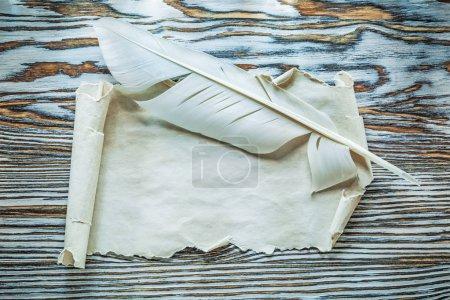 Photo pour Plumes de rouleau de papier vintage sur carton en bois . - image libre de droit