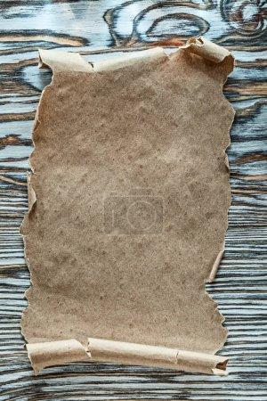 Rouleau de papier Vintage sur la vue de dessus de planche de bois