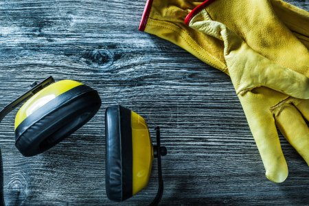 Photo pour Casques protecteurs gants sur planche en bois . - image libre de droit