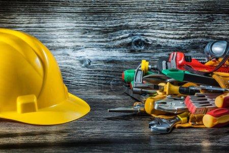 Photo pour Casque de chantier et outillage sur bois vintage - image libre de droit