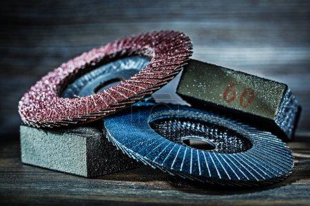 Photo pour Éponges abrasives et les disques sur bois - image libre de droit