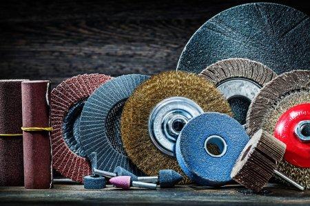 Photo pour Grand ensemble d'outils abrasifs sur fond bois vintage - image libre de droit