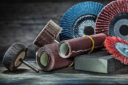 Photo pour Grand ensemble d'outils abrasifs sur bois vintage - image libre de droit