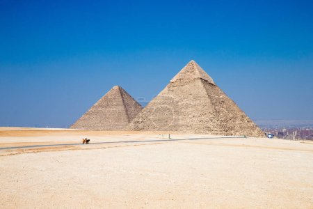 Photo pour Pyramides avec un beau ciel de Gizeh au Caire, Egypte . - image libre de droit