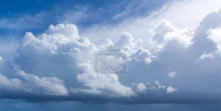 Foto de Fondo del cielo azul con pequeñas nubes - Imagen libre de derechos