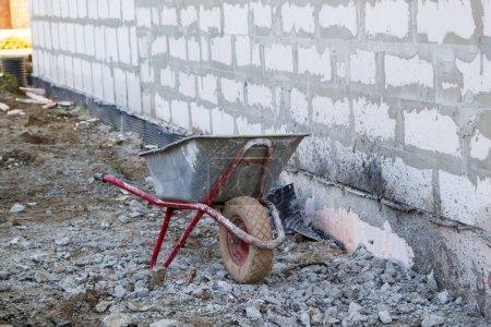 Photo pour Site de construction sur lequel les murs sont construits de blocs de béton gazeux et brouette - image libre de droit