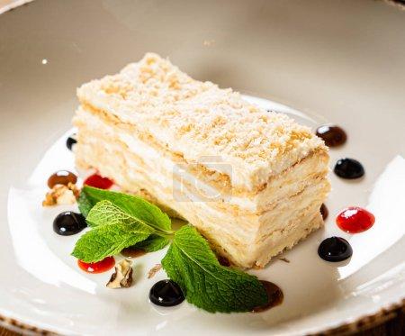 Photo pour Napoléon cake wiht berry sauce, gros plan - image libre de droit