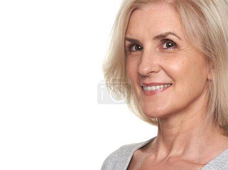 Foto de Retrato de mujer senior de cerca. Bella dama edad media sonrisa toothy - Imagen libre de derechos