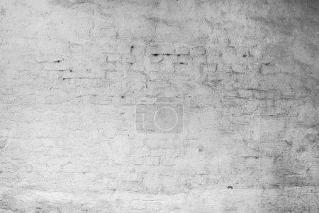 Foto de Pared de ladrillo blanco agrietado cubierto de yeso. Textura de hormigón. Fondo de Grunge - Imagen libre de derechos