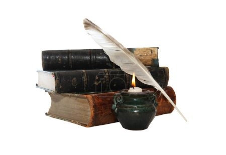 Photo pour Vintage nature morte avec plume et vieux livres près de la bougie d'éclairage - image libre de droit
