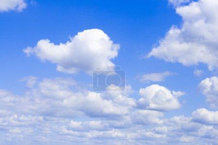 Foto de Nubes blancas en el fondo de cielo azul - Imagen libre de derechos