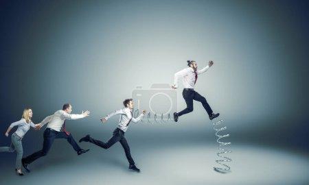 Photo pour Les gens d'affaires courent pour le leadership, l'un d'eux a un grand avantage - image libre de droit