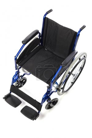 Photo pour Détail d'un fauteuil roulant classique pour le handicap physique sur un fond blanc. Concept de soins hospitaliers et d'invalidité. - image libre de droit