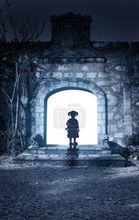 Photo pour Petite fille dans la porte ouverte de l'ancienne maison. Photo tonique en couleur bleue. 3d rendu - image libre de droit
