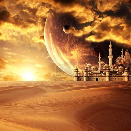 Photo pour Une fabuleuse cité perdue dans le désert. Sur fond de beau ciel coucher de soleil avec les planètes. Élément de cette image fournie par la Nasa - image libre de droit