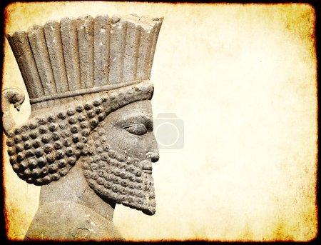 Photo pour Fond grunge avec texture de papier et bas-relief de la tête de guerrier persan. Espace de copie pour le texte. Modèle de maquette - image libre de droit