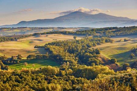 malerische toskanische Landschaft mit wunderschönen Feldern, Wiesen und Hügeln. san quirico d 'orcia, toskana, italien