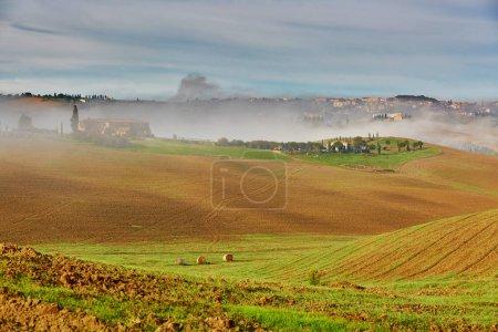 malerische toskanische Landschaft mit schönen Feldern, Wiesen und Hügeln mit Morgennebel. san quirico d 'orcia, toskana, italien