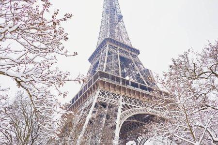 Photo pour Vue panoramique sur la tour Eiffel lors d'une journée enneigée. Conditions météo inhabituelles à Paris - image libre de droit