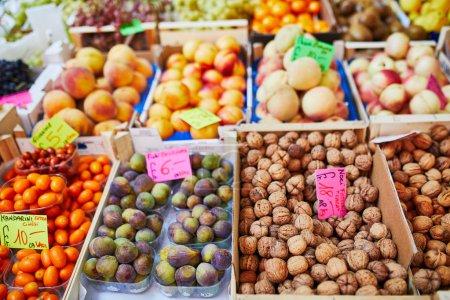Photo pour Légumes et fruits frais biologiques sur le marché fermier. Marché européen typique des produits locaux - image libre de droit
