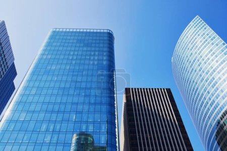 Photo pour Constructions de gratte-ciel moderne sur le ciel bleu - image libre de droit