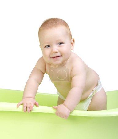Photo pour Bébé mignon ayant bain dans la baignoire - image libre de droit