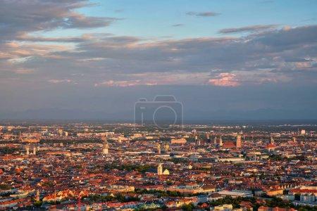Photo pour Vue aérienne du centre de Munich depuis la Tour Olympique Olympiaturm au coucher du soleil. Munich, Bavière, Allemagne - image libre de droit