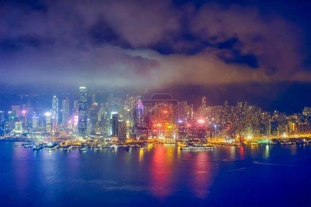 Photo pour Vue aérienne du lumineux Hong Kong skyline cityscape gratte-ciel du centre-ville sur le port de Victoria dans la soirée. Hong Kong (Chine) - image libre de droit