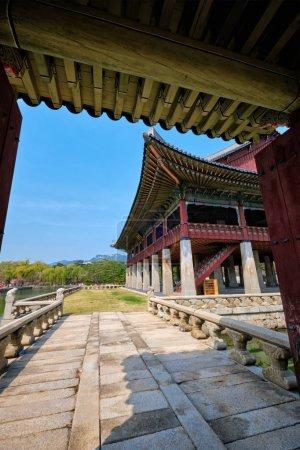 Photo pour Architecture traditionnelle coréenne - Pavillon Gyeonghoeru Salle royale de banquet au palais Gyeongbokgung destianation touristique, Séoul - image libre de droit