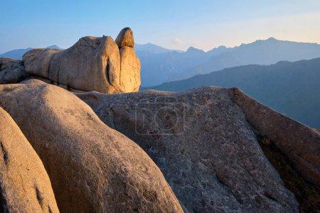 Photo pour Vue des pierres et des formations rocheuses depuis le sommet rocheux d'Ulsanbawi au coucher du soleil. Parc national de Seoraksan, Corée du Sud - image libre de droit