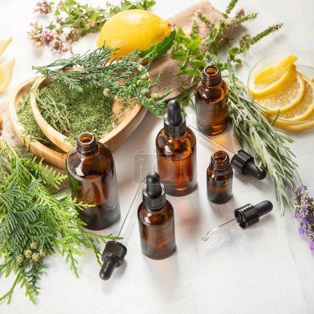 Photo pour Bouteilles d'huiles essentielles. La phytothérapie. Aromathérapie . - image libre de droit