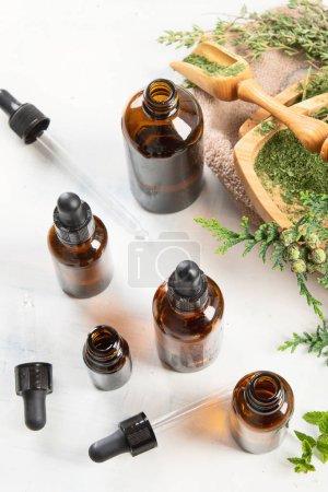 Photo pour Bouteilles d'huiles essentielles pour la phytothérapie et l'aromathérapie - image libre de droit
