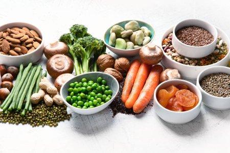 Photo pour Sources alimentaires de protéines végétales. Une alimentation saine avec des légumineuses, des fruits secs, des graines, des noix et des légumes. Aliments riches en protéines, antioxydants, vitamines et fibres . - image libre de droit