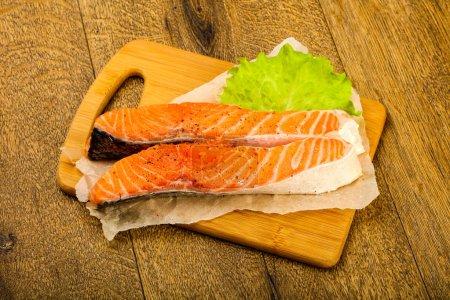 Photo pour Tranches de saumon crues prêtes à cuire avec des épices - image libre de droit