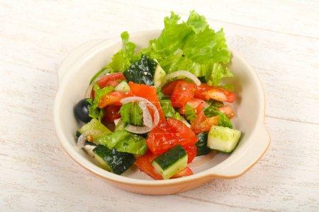 Photo pour Salade grecque aux olives et fromage féta - image libre de droit