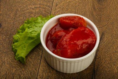 geschälte Tomaten mit Saft in der Schüssel