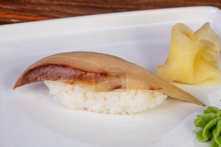Photo pour Japanes sushis froids à queue jaune - image libre de droit