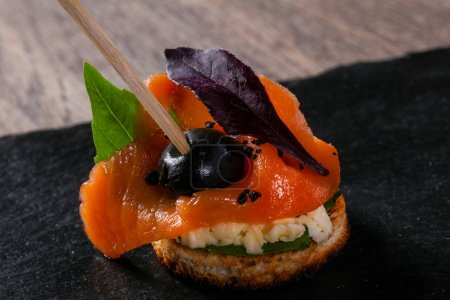 Photo pour Canape au saumon et feuilles de salade - image libre de droit