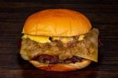 """Постер, картина, фотообои """"Вкусные горячие бургер над деревянными фоне"""""""