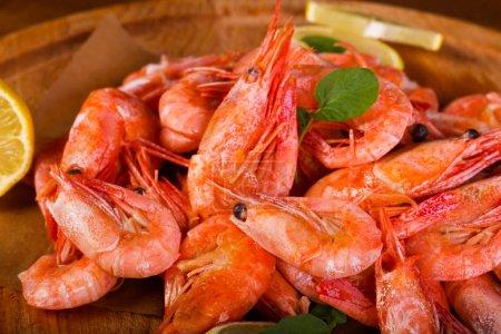 Photo pour Crevettes bouillies au citron et aux herbes - image libre de droit